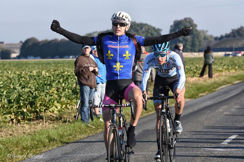 ENZO ANTI vainqueur à Etampes devant Thibaut MADORRE  (Photo : Gérard BRIAND)