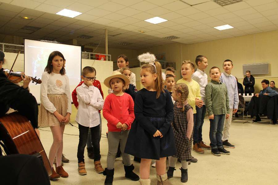 Spotkanie oplatkowe rodzin polskich z parafii PMK w St.Denis wraz z duszpasterzem ks. Z.Wcislo.