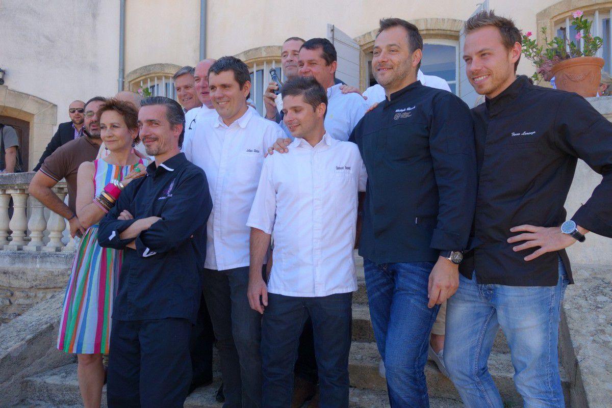 Les chefs et les membres du jury pour une photo de famille chaleureuse.