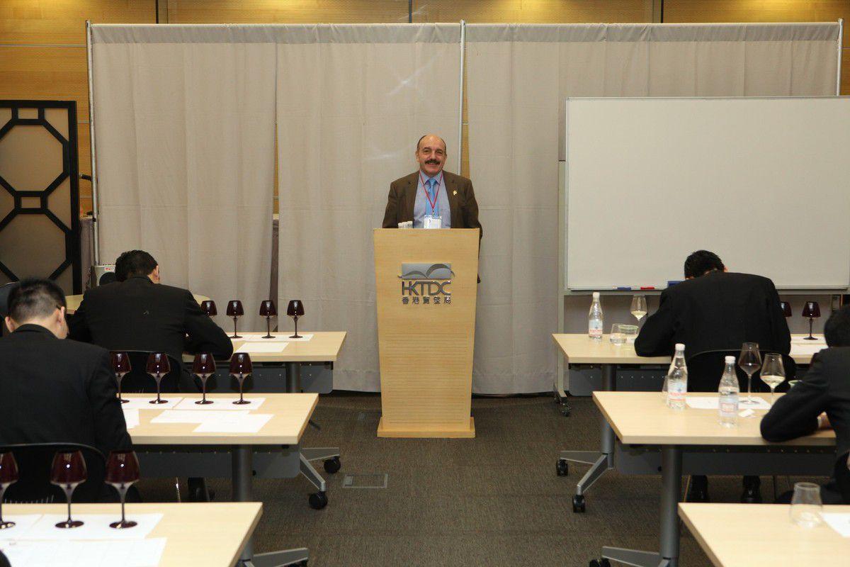 Gérard Basset, directeur des concours a rappelé les règles du concours aux candidats.  © Jean Bernard