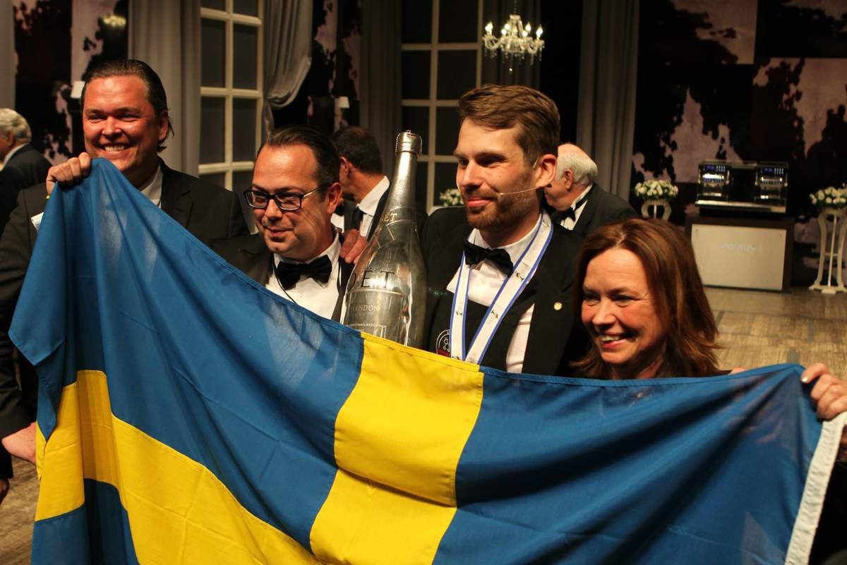 Les officiels de la délégation suédoise ont félicité leur champion dès l'annonce du résultat. © Jean Bernard