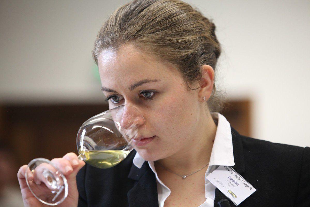 Victoire Helly d'Angelin en finale du dernier concours Chapoutier du Meilleur élève sommelier en vins et spiritueux de France. Photo Jean Bernard