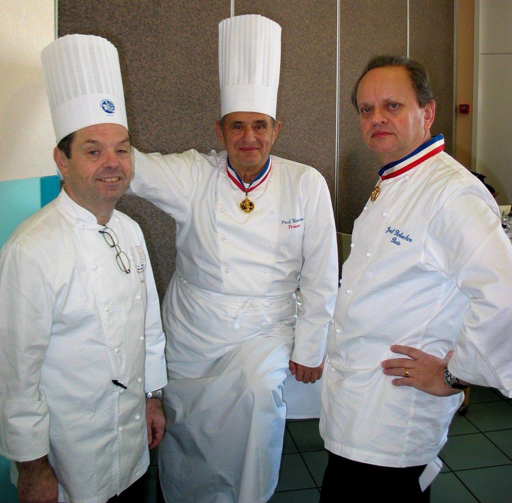 Paul Bocuse entouré par Jacky Freon (1er vainqueur du Bocuse d'Or) et Joël Robuchon pour faire le point sur l'avancement de la finale du MOF cuisine. Photo Jean Bernard
