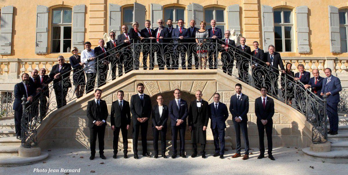 Candidats et membres du jury réunis devant le superbe château de Fonscolombe à Le Puy-Sainte-Réparade. (Photo JB)