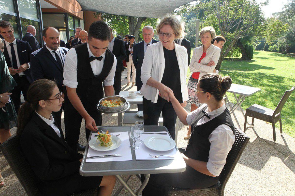 Muriel Penicaud, ministre du Travail, a marqué son attachement à l'apprentissage en visitant l'école hôtelière d'Avignon quelques jours après la rentrée scolaire. (Photos Jean Bernard)