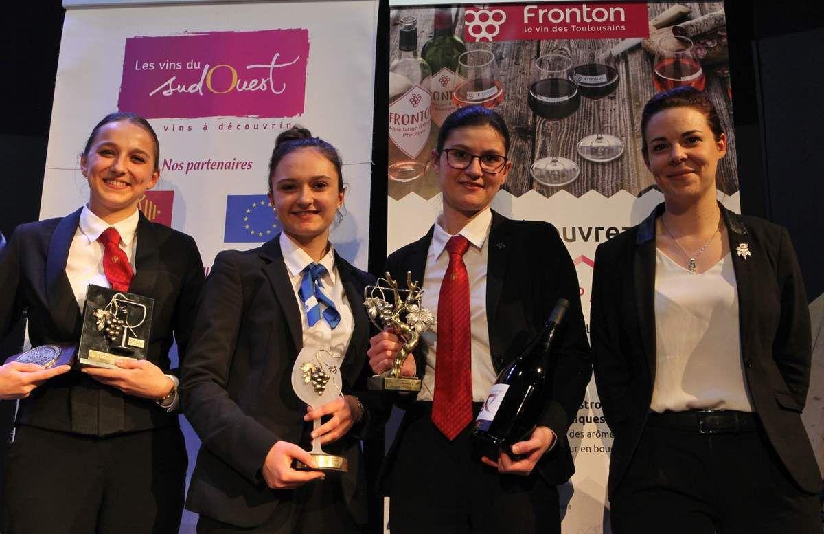 De gauche à droite : Elisa Doisneau, Pauline Collot et Emma Bastide, les lauréates, et Laura Meyer, la marraine du concours. Photo Jean Bernard