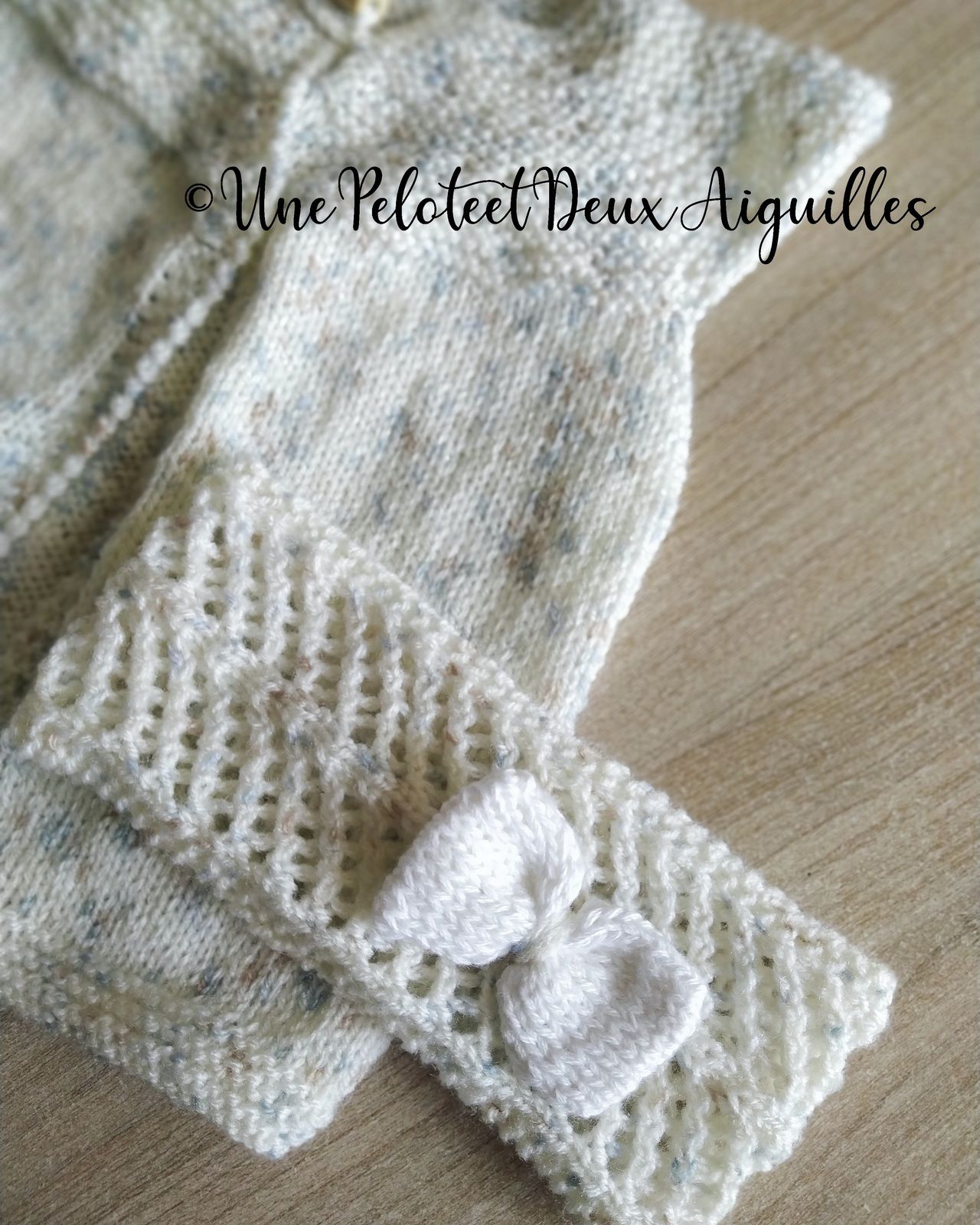 Tricoter bandeau jours obliques pour bébé mois