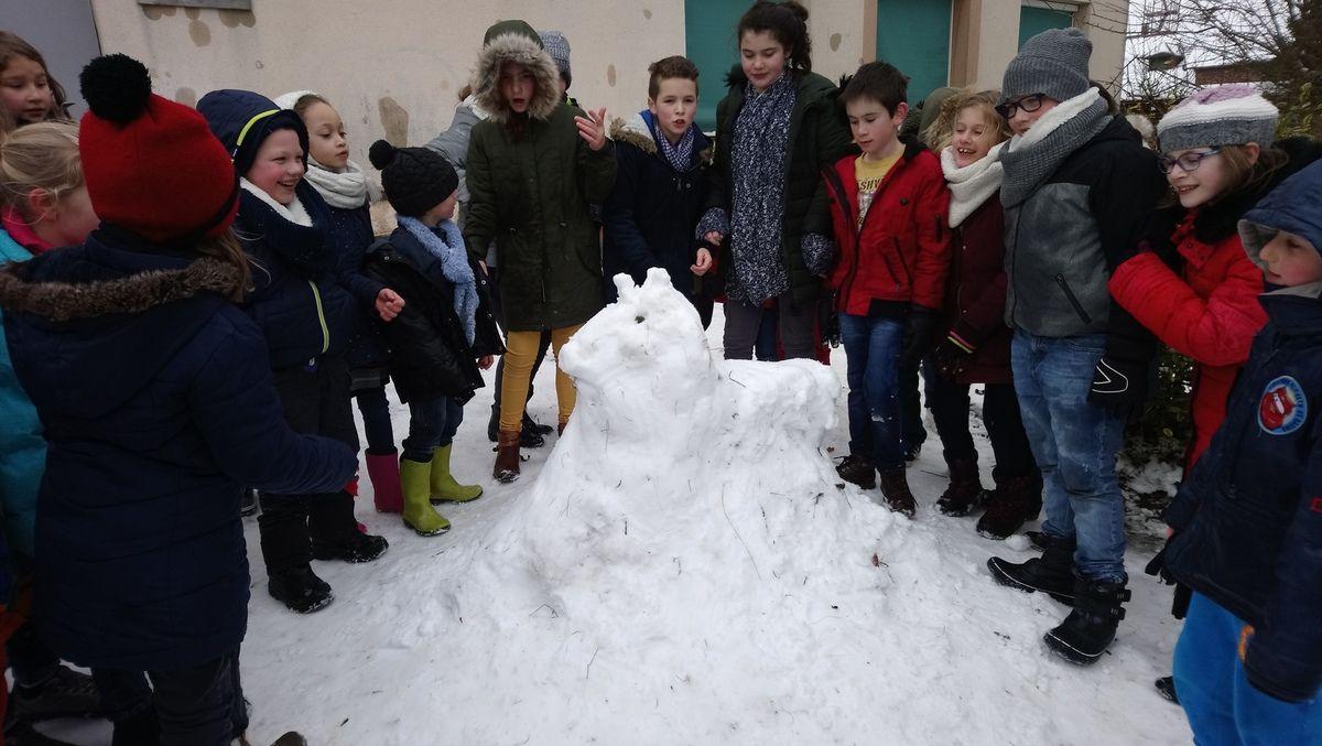 Les enfants n'ont pas fait un bonhomme de neige, mais une licorne!!!!!!