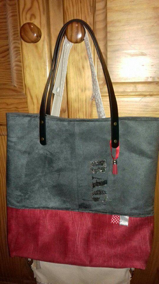 Suédine grise et rouge, peinture pailletée Marabout argent, pieds de sac et accroche clé, doublée coton gris uni