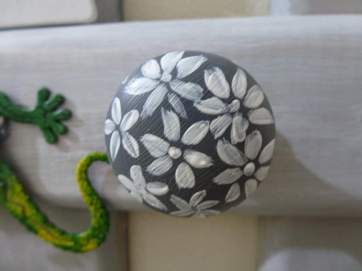 Porte-manteaux champêtre en tasseaux de bois de sapin avec en guise de patères, boutons ou poignées  récupérés sur des anciens meubles que j'ai peins de diverses façons.