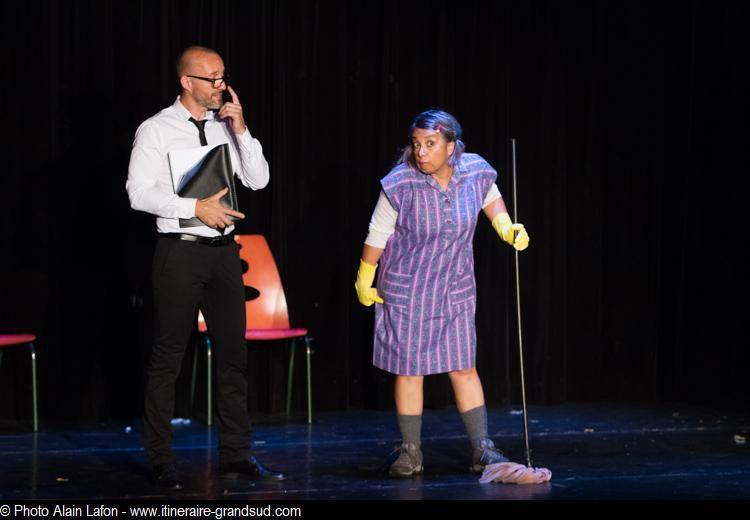 Un extrait en images du spectacle de fin de saison où tous les comédiens interprètent des scketches connus ou de leur création