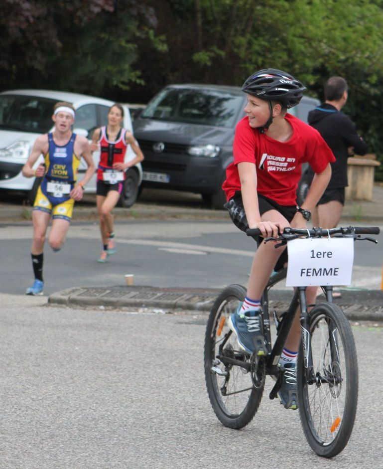 Derrière le jeune à vélo