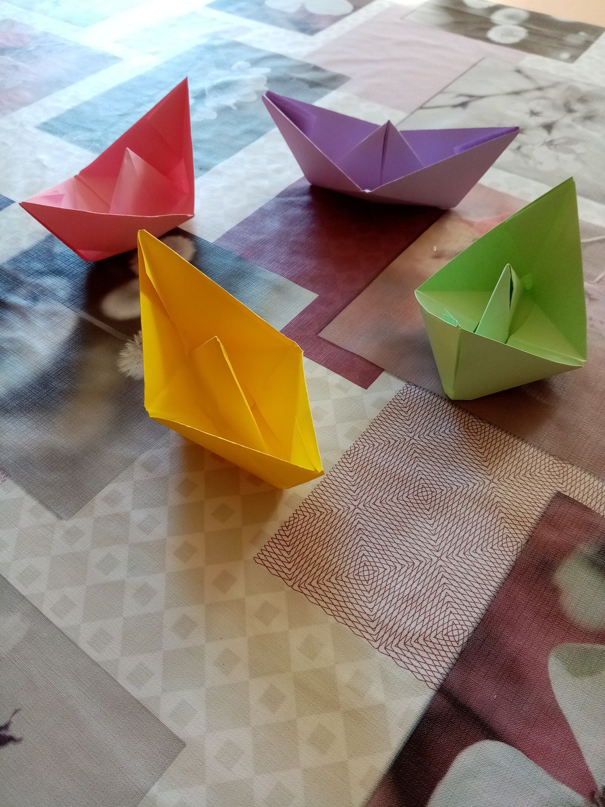 Les bateaux en origami d'Eloïse et Léonie.