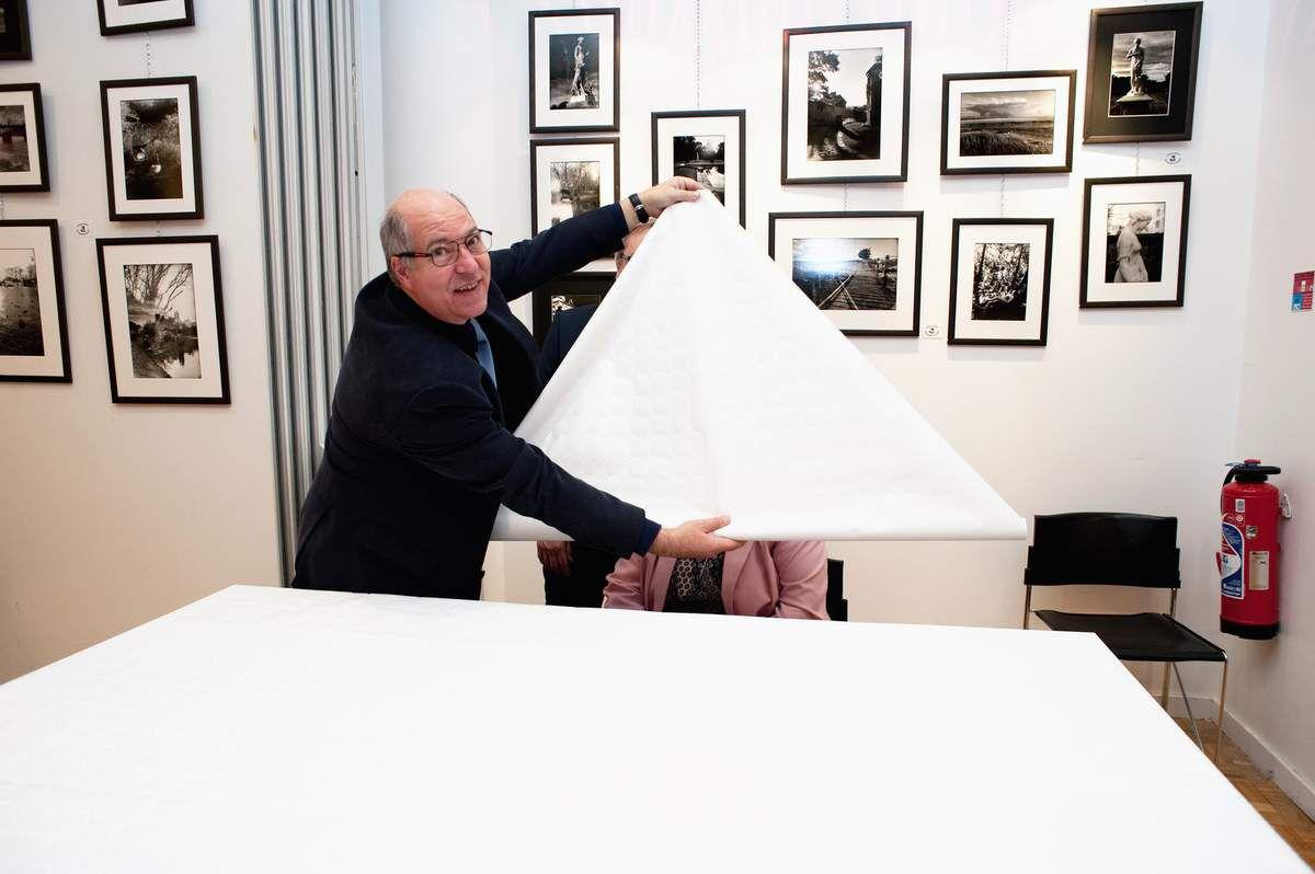 Merci à notre Ami Jean Pajot pour ce reportage. 260 photographies argentiques à découvrir dans cette exposition à l' école de la Bonne Graine 200, bis Bd Voltaire 75011 Paris jusqu'à Dimanche 27 Novembre. Environ 200 personnes se sont déplacées ce soir là.                               13 Métiers d'Art