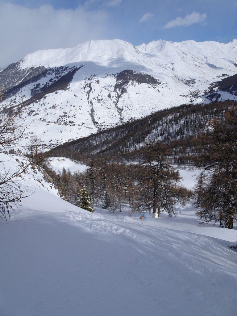 Ambiance hivernale - voir l'état de l'enneigement sur la route du col Agnel, à droite