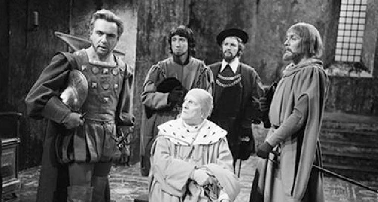 Assis en Cardinal : Henri Rollan et à gauche sur la photo André Falcon