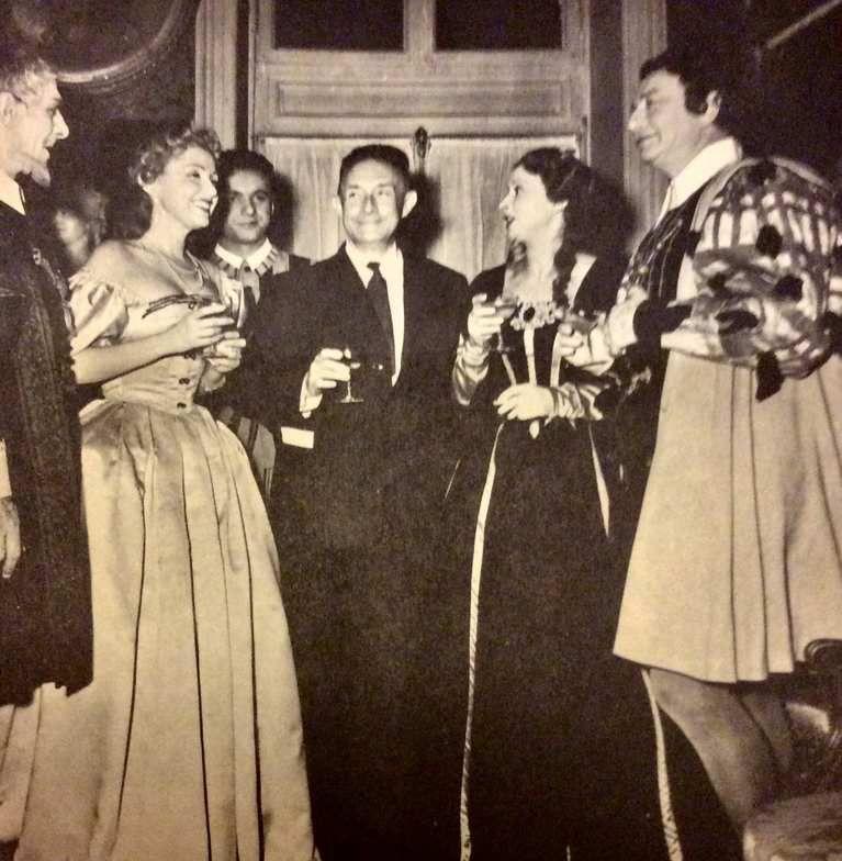 1954 - 250è représentation de la Reine morte. De gauche à droite : Yonnel, ?, André Falcon, l'auteur, ? , et Maurice Escande à droite.