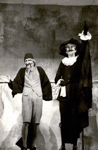 """""""Arlequin valet de deux maîtres"""" - Goldoni - à gauche Alain Macé en Pantalon, à droite B. Cousin dans """"le Docteur""""."""