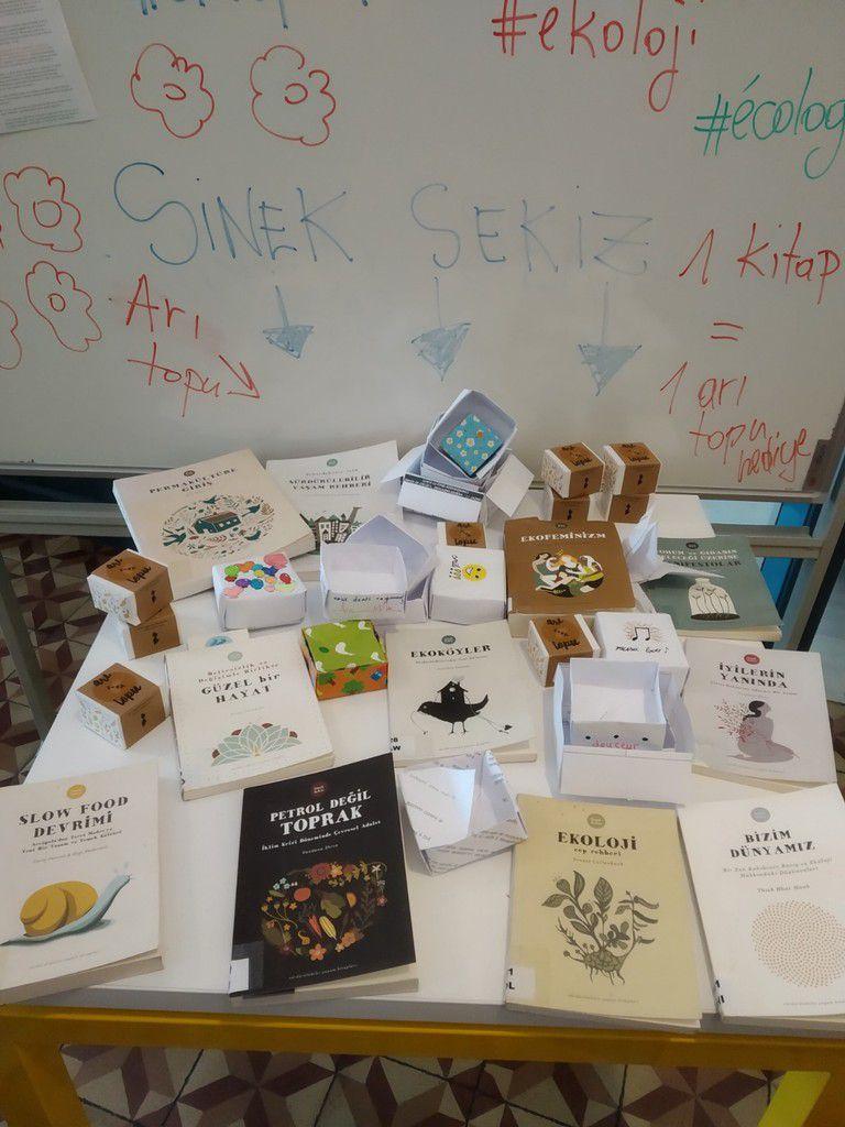 Les graines distribuées sont sans OGM, et nous en avons profité pour faire la promotion du fonds de la maison d'édition SİNEK SEKİZ : https://www.sineksekiz.com/