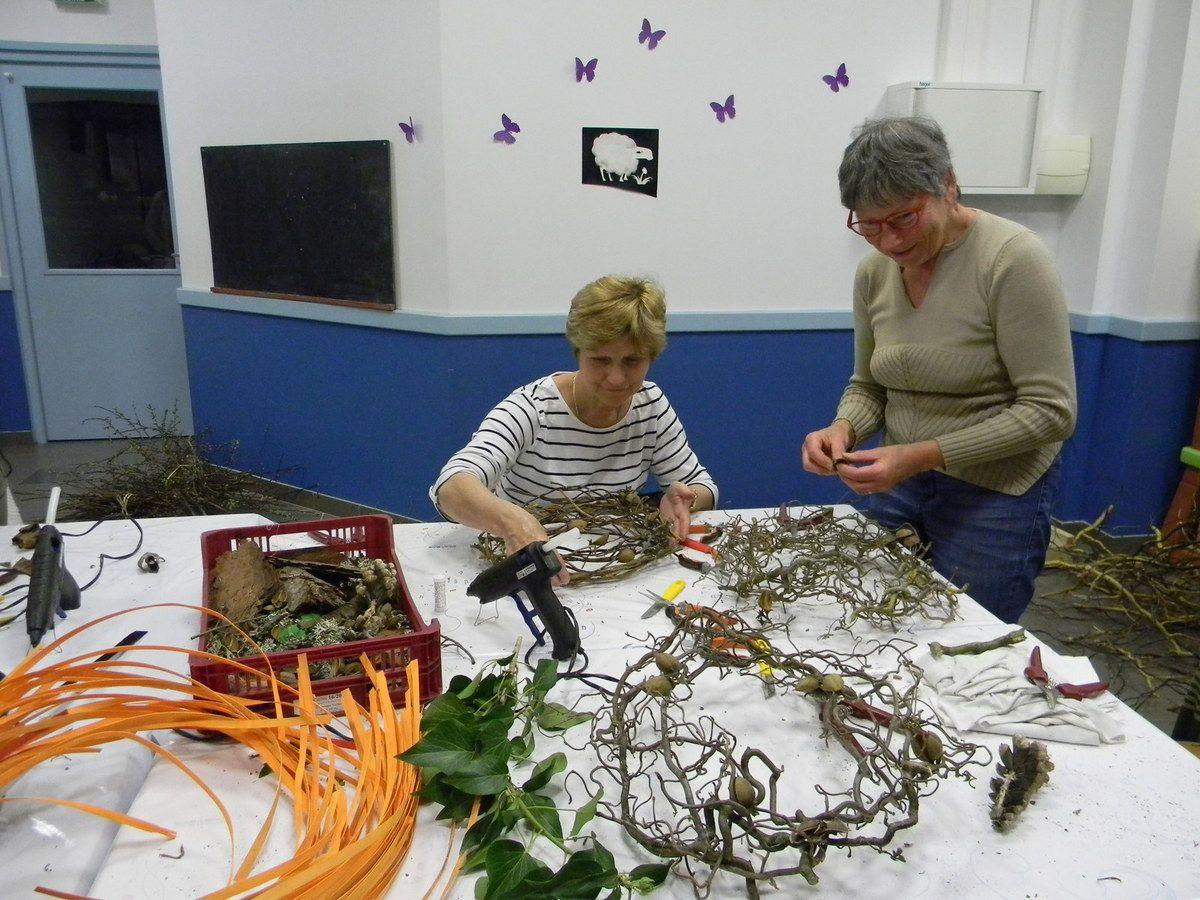On entrelace les ornithogalums en pensant à bien mettre de la colle floral au bout des tiges pour conserver l'humidité de la fleur.