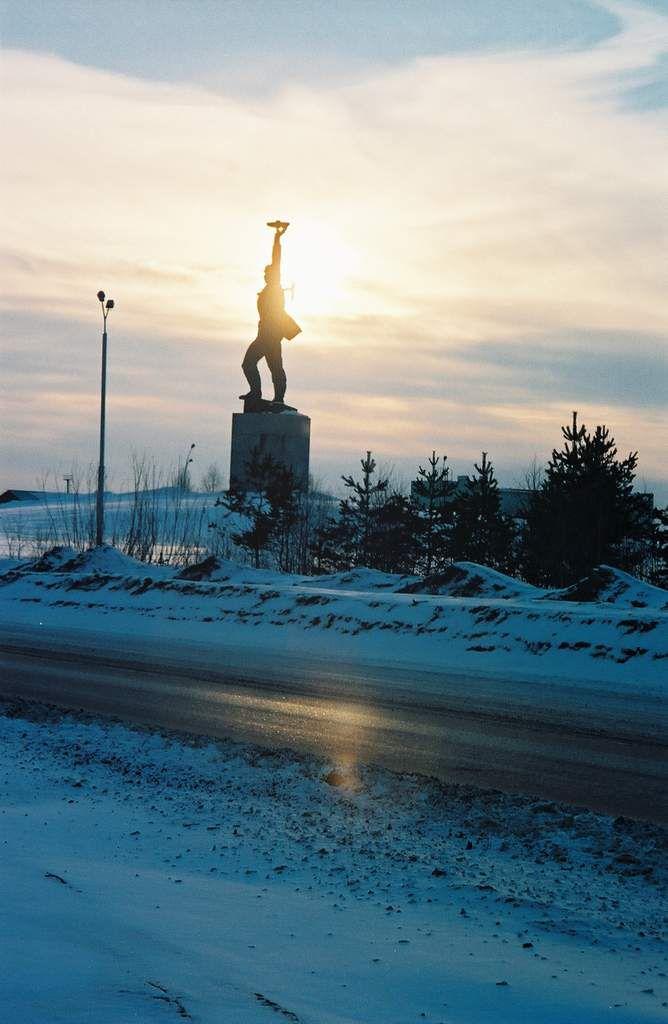 La statue dédiée aux premiers foreurs qui découvrirent les puits de pétrole au milieu des années 60