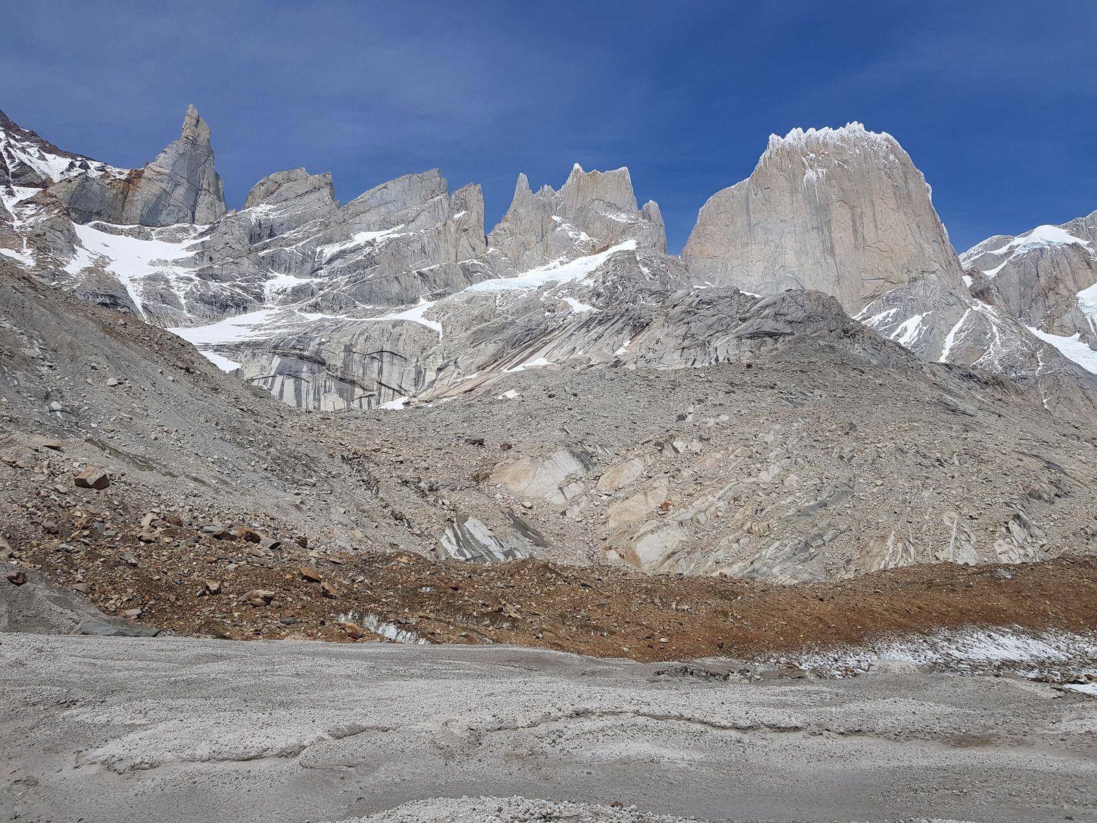 le Cerro Gran Gendarme et Cerro Pollone a droite. Pour se donner une idée des dimensions, la face fait 800m de haut