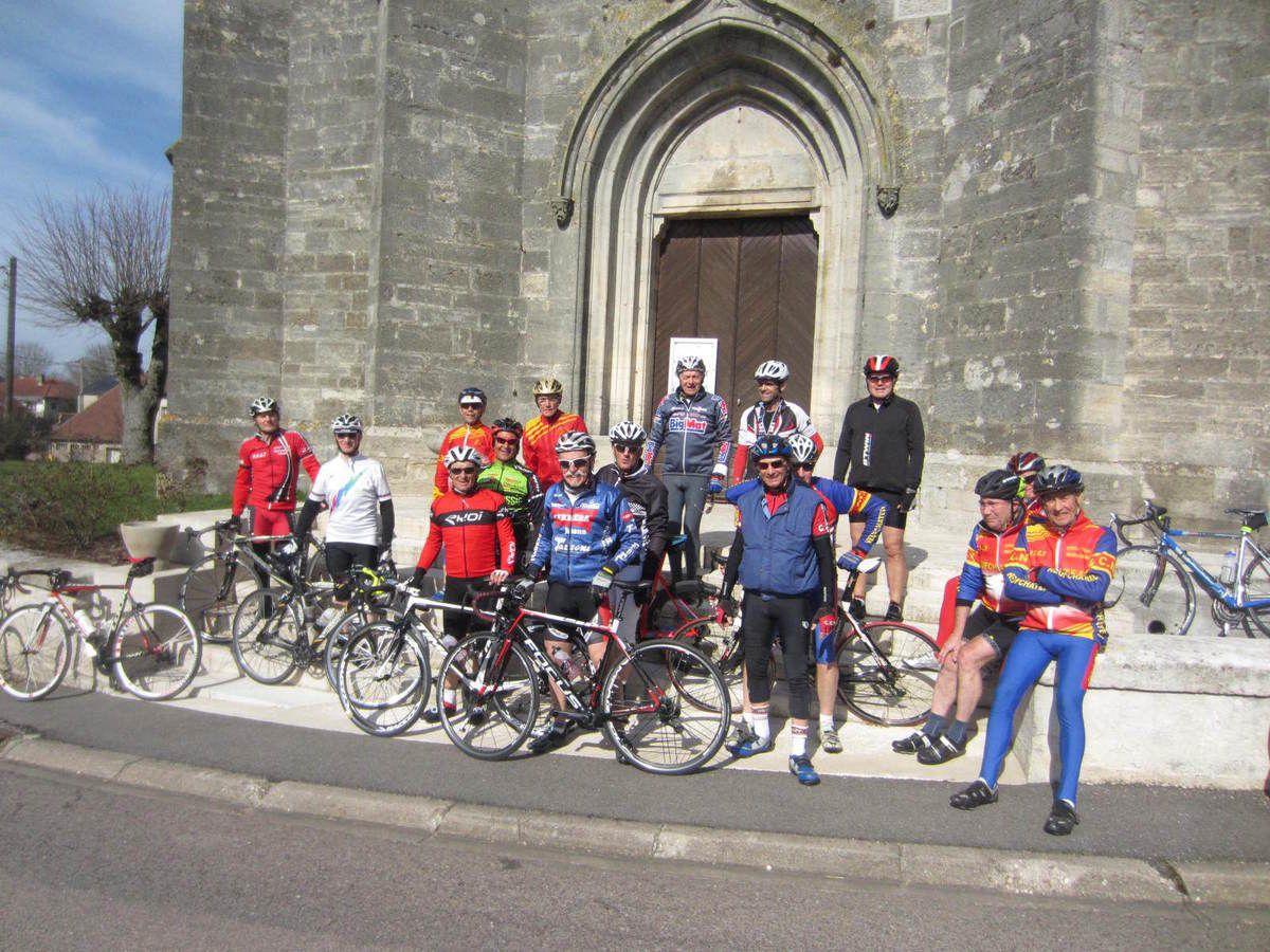 Photo prise devant l'église de Chermisey: 17 cyclos  dont 2 nouveaux: Philippe et Alain pour une sortie de 65 km.