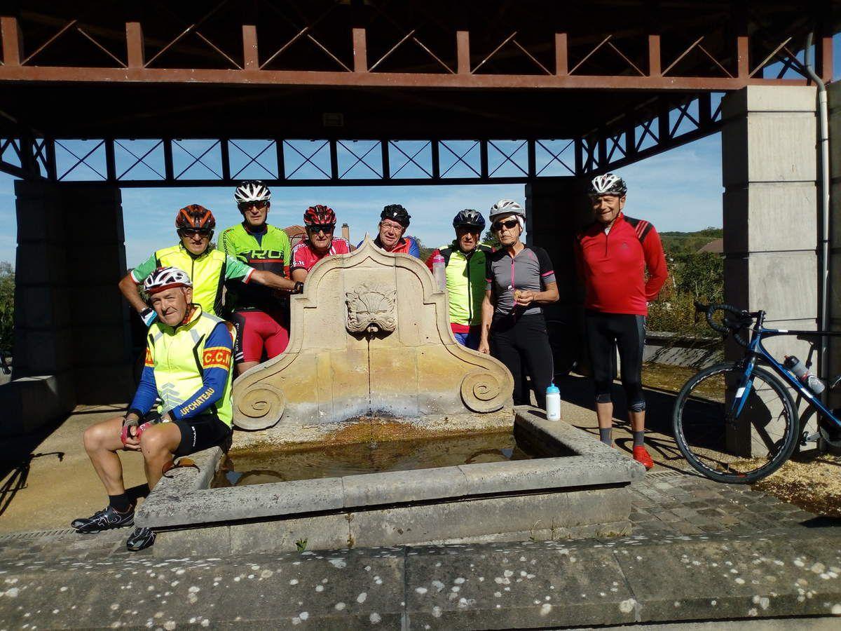 """24 cyclos étaient au rendez vous pour cette sortie du mercredi où 2 groupes ont été constitués. Photo (Philippe G.)du """"groupe 2"""" prise  devant la fontaine de Dombrot sur Vair."""