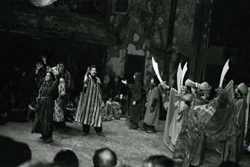 Scène de la pièce la Kahena aux Bouffes du Nord à Paris en 1974. Photo : Youcef Ait Mouloud