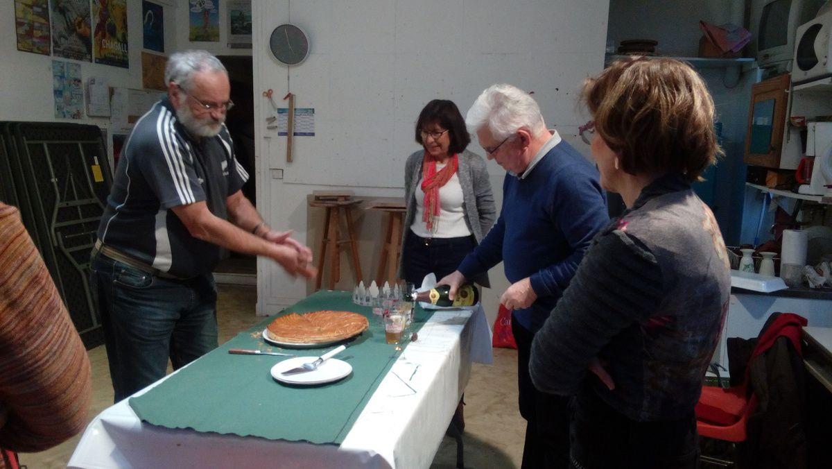 Un jeudi de janvier dans le cours d'acrylique : l'ordre du jour était de peindre puis de manger la galette!