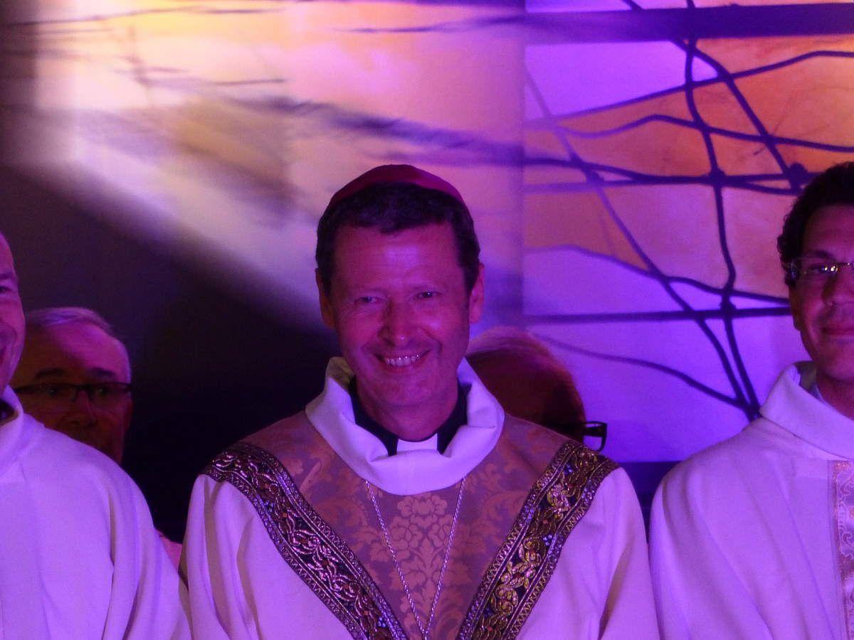 Monseigneur Berthet à l'issue de son ordination: un père, un fils, un homme heureux