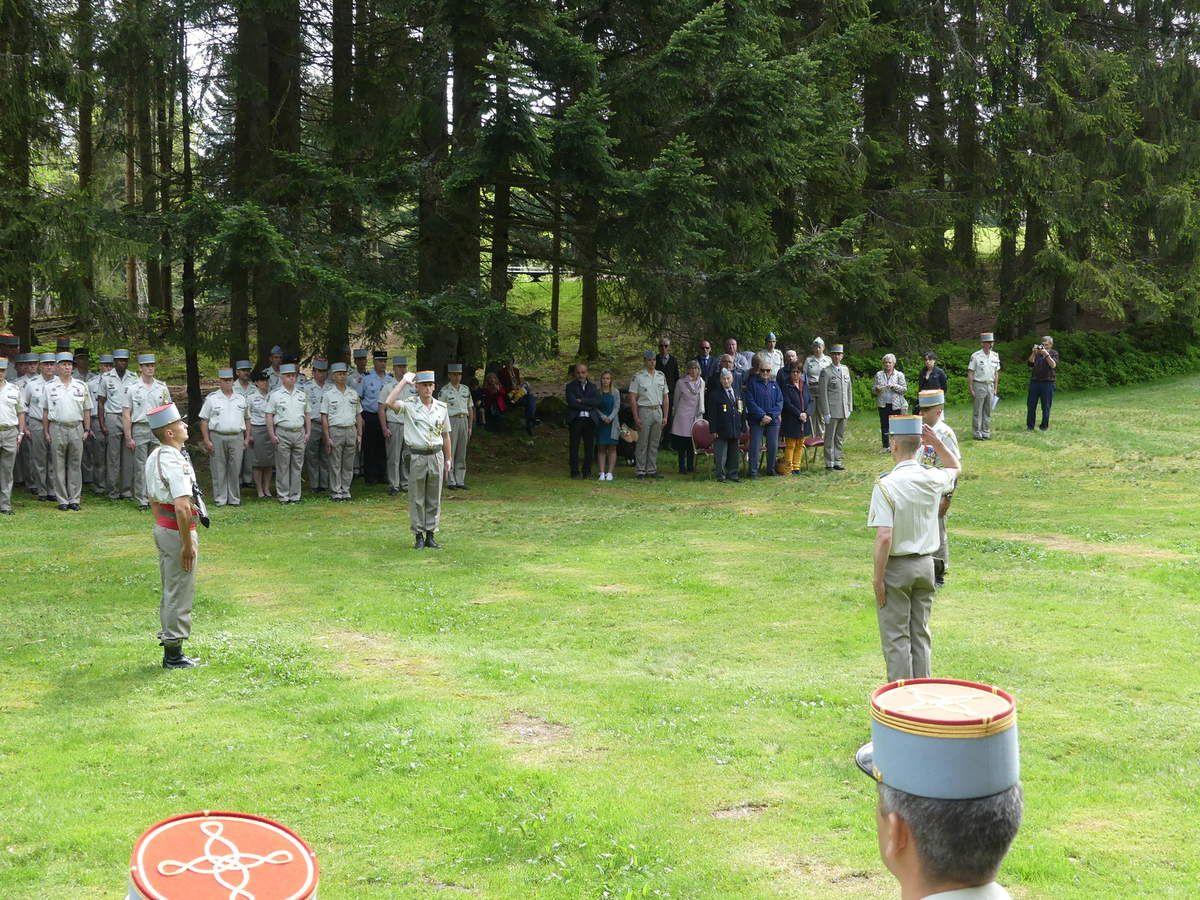 Passage de commandement entre les capitaines P. et S. devant l'ermitage du frère Joseph