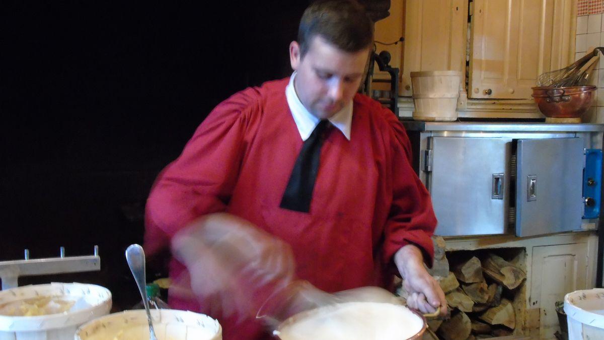 Préparation de l'omelette par Anthony, dîner,visite nocturne des remparts .