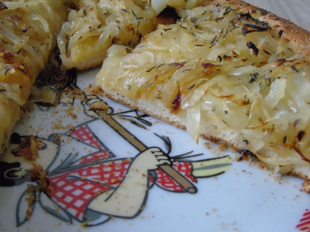 Tarte à l'oignon sans chichis sur pâte à pain