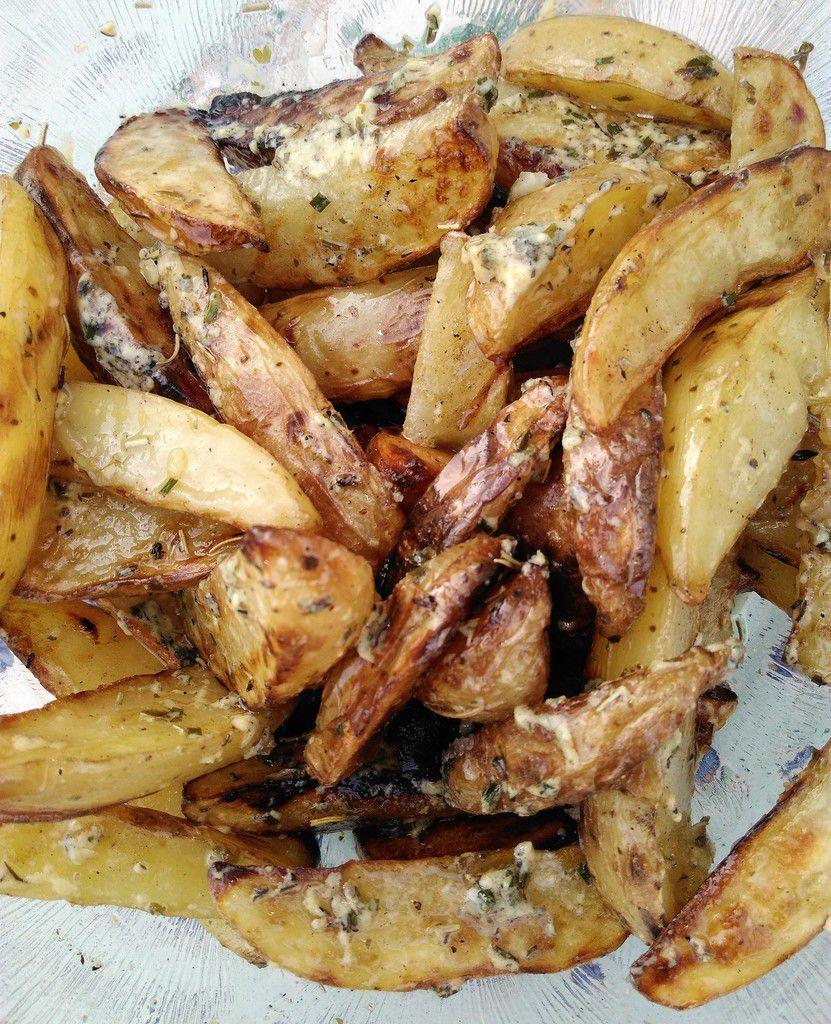Pommes de terre grillées aux herbes et côtes de porc à l'ananas grillé