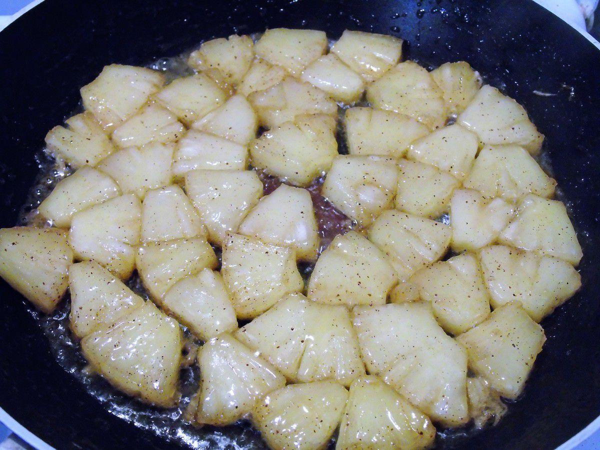 Crêpes à la vanille , à l'ananas rôti , au salidou et chantilly à la vanille