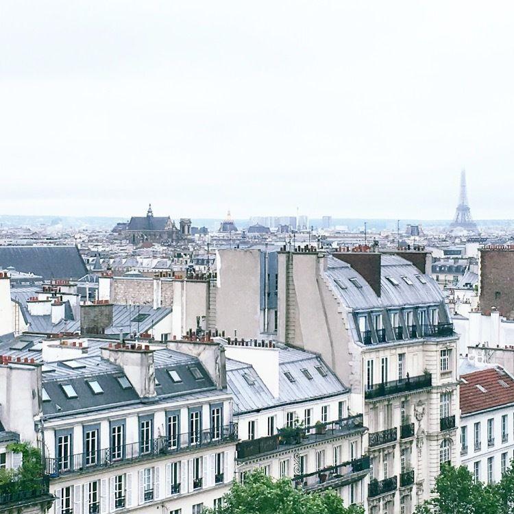 Une robe blanche sur les toits de Paris de l'hôtel Renaissance République