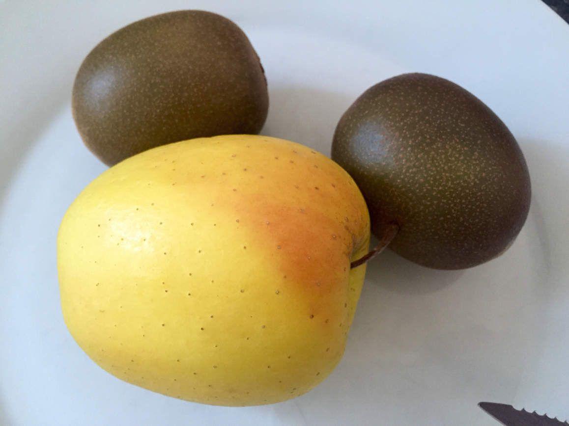 Smoothie kiwi pomme pour bien commencer ce samedi  2 kiwis 1 pomme et un yaourt nature au blender! #vitamines #smoothie #kiwi #pomme #apple #croissant #morning #petitdejeuner #breakfast #calories #good #bon #food #drink #vert #instafood #weekend