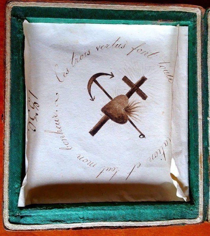 Dans un coffret papier manuscrit daté 1830 avec inscription « Les trois vertus font toutes ma consolation et tout mon bonheur »