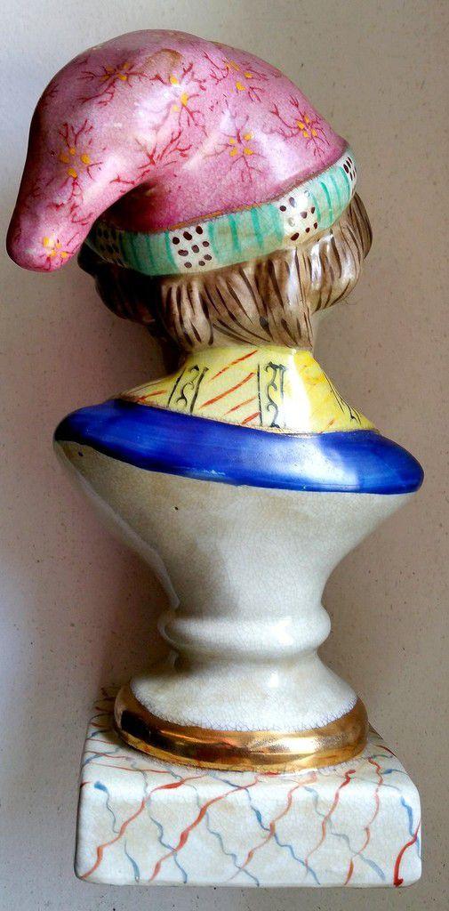 Bustede jeunegarçon coiffé d'un bonnet à décor polychrome et or