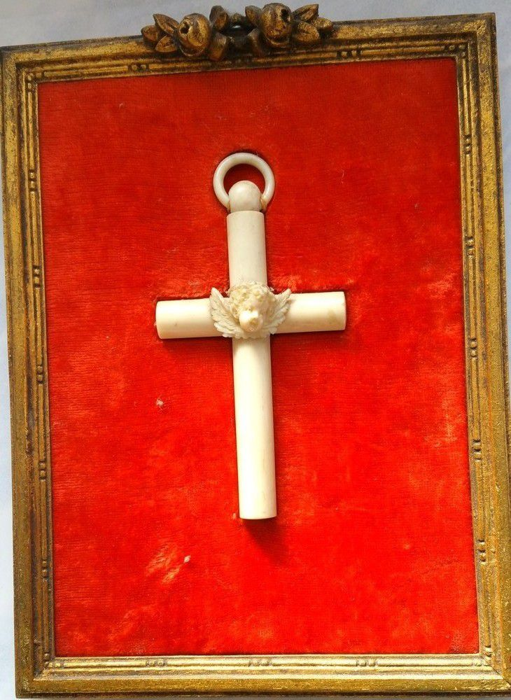 Croix de berceaux en ivoire finement sculptée, à décor d'une tête d'angelot,
