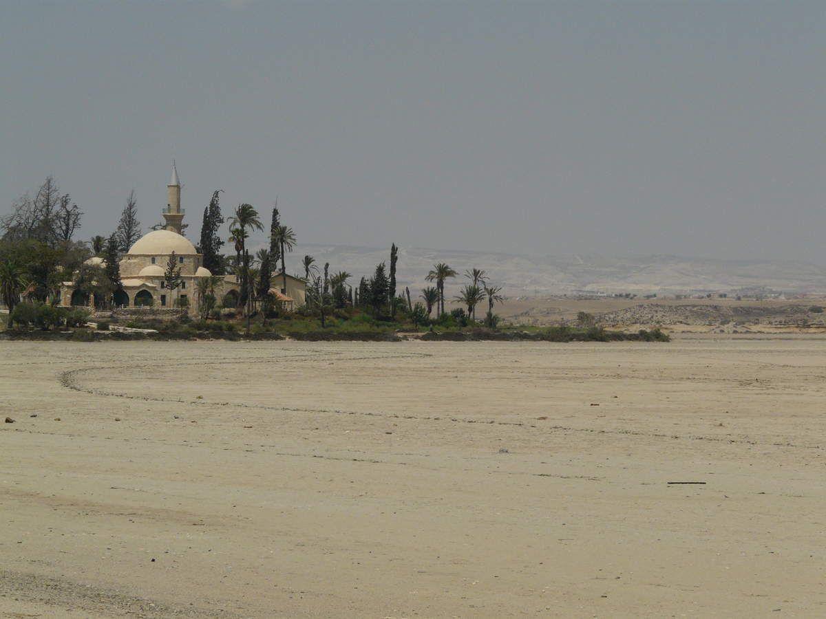 Le tekki du sultan Hala est une mosquée près du lac salé de Larnaca, c'est le site musulman le plus sacré de Chypre.