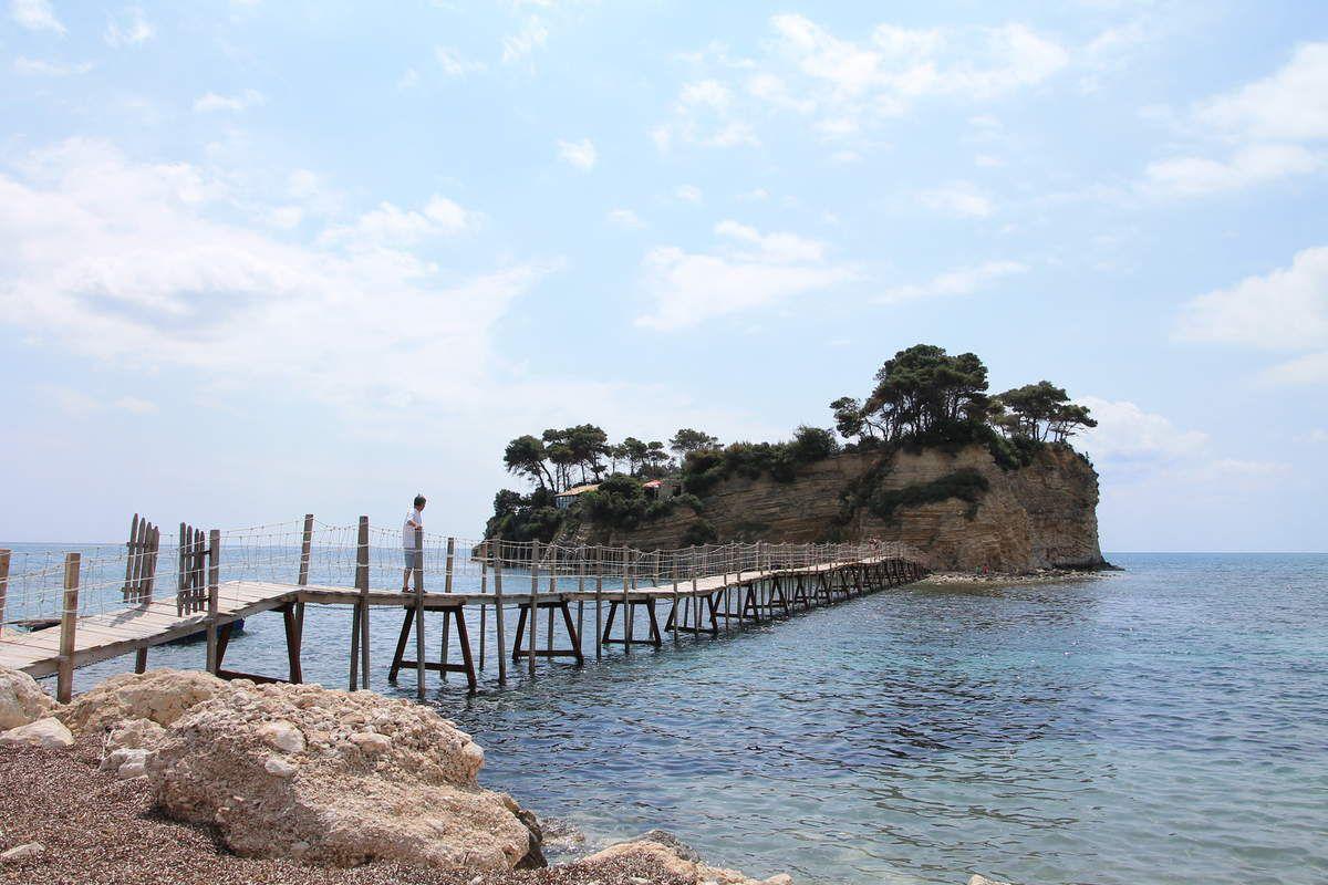 """L""""îlot d'Aghios Sostis accessible par une passerelle"""
