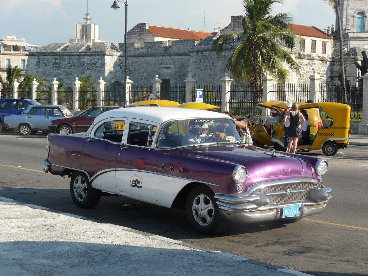 les belles américaines et les coco taxis en l'arrière plan