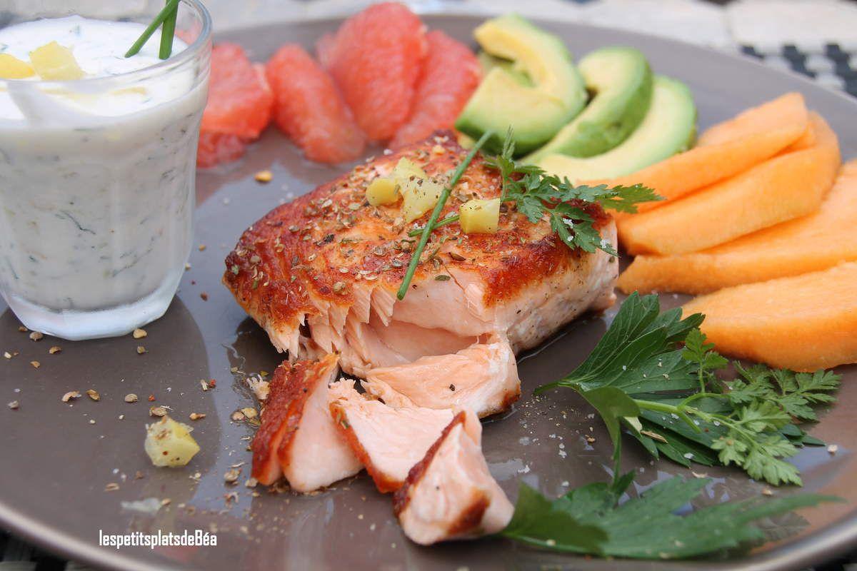 Saumon grillé sauce au yaourt grec aneth et citron confit,  salade de fruits frais