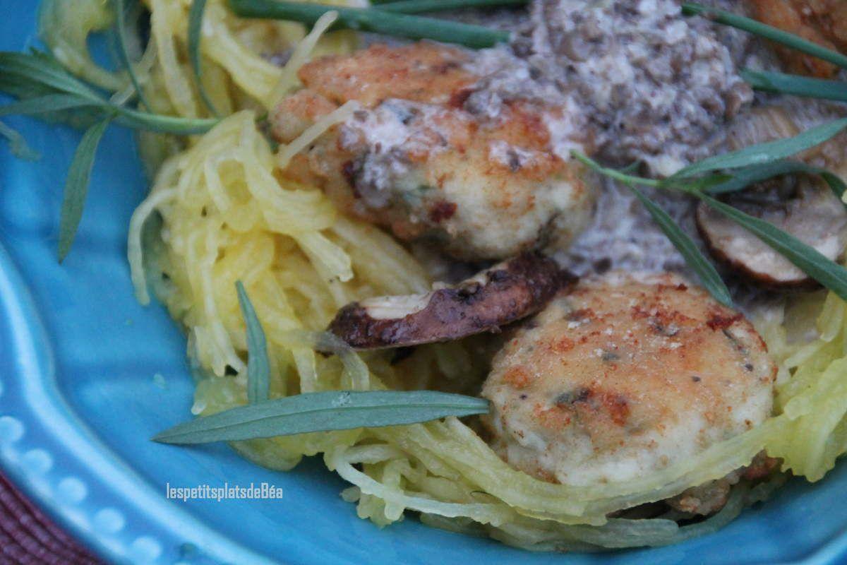 Boulettes de poulet à l'estragon et à la ciboulette sauce aux champignons pour une courge spaghetti
