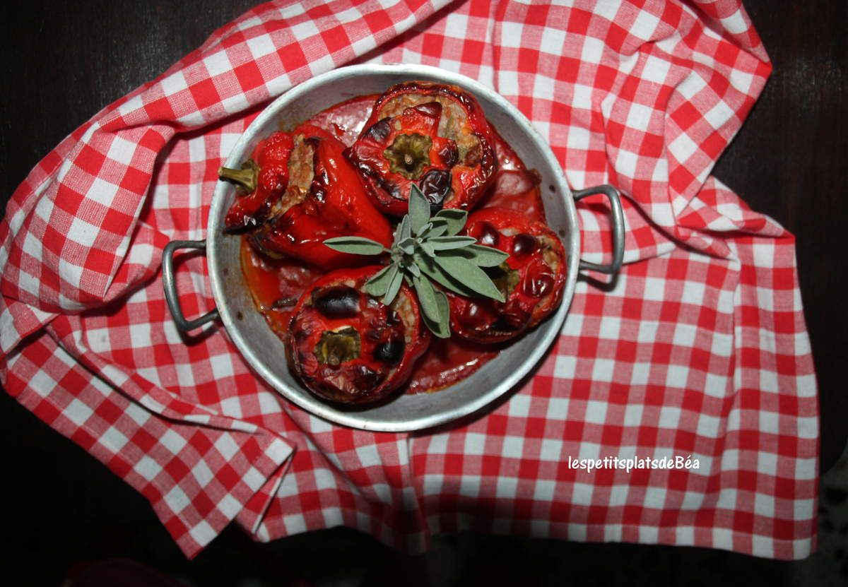 Poivrons rouges farcis à la viande, aux céréales et  parfumés à la sauge