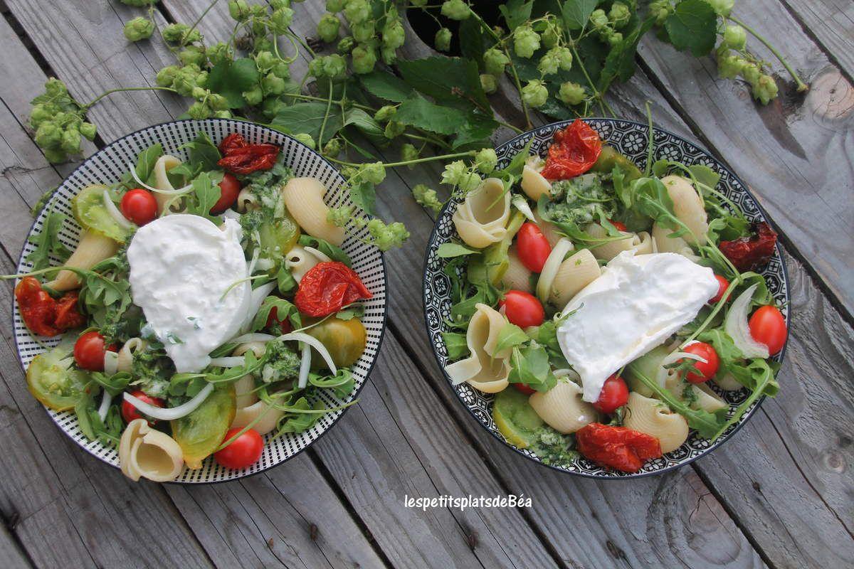 Salade de pâtes, tomates du jardin et burrata