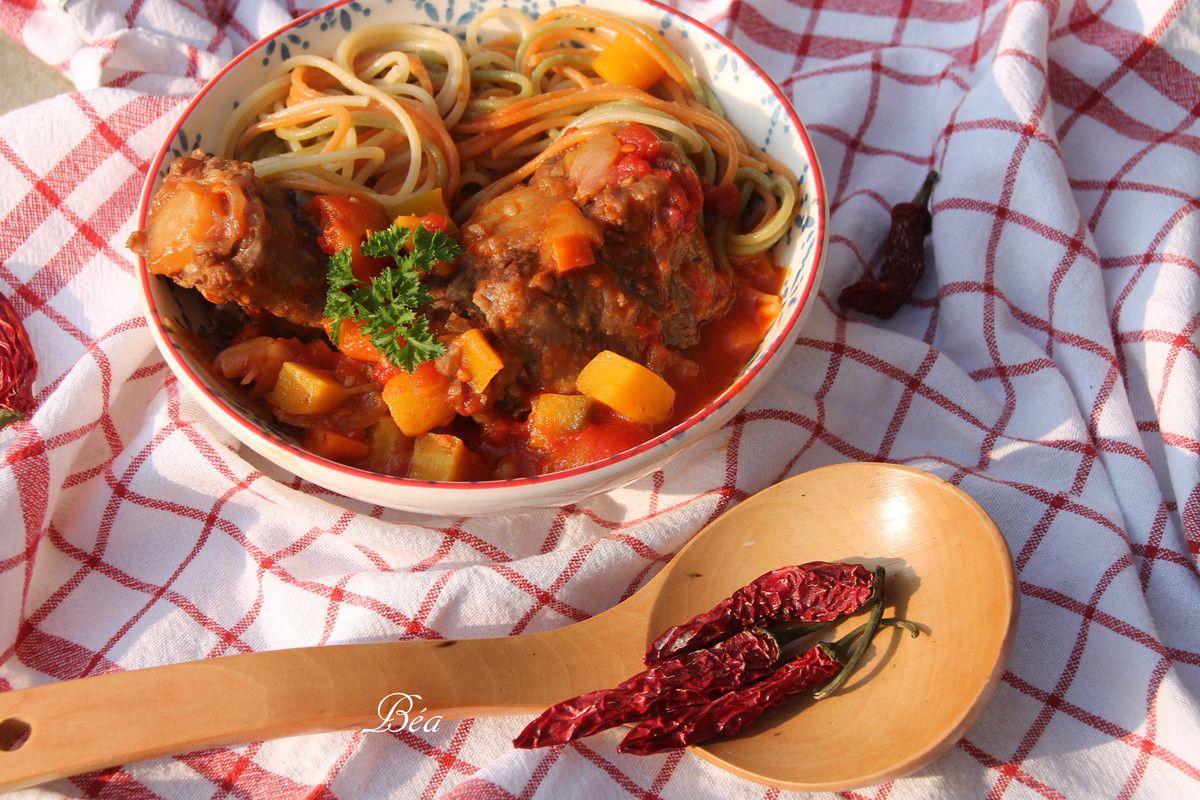 Queue de boeuf aux tomates et piment