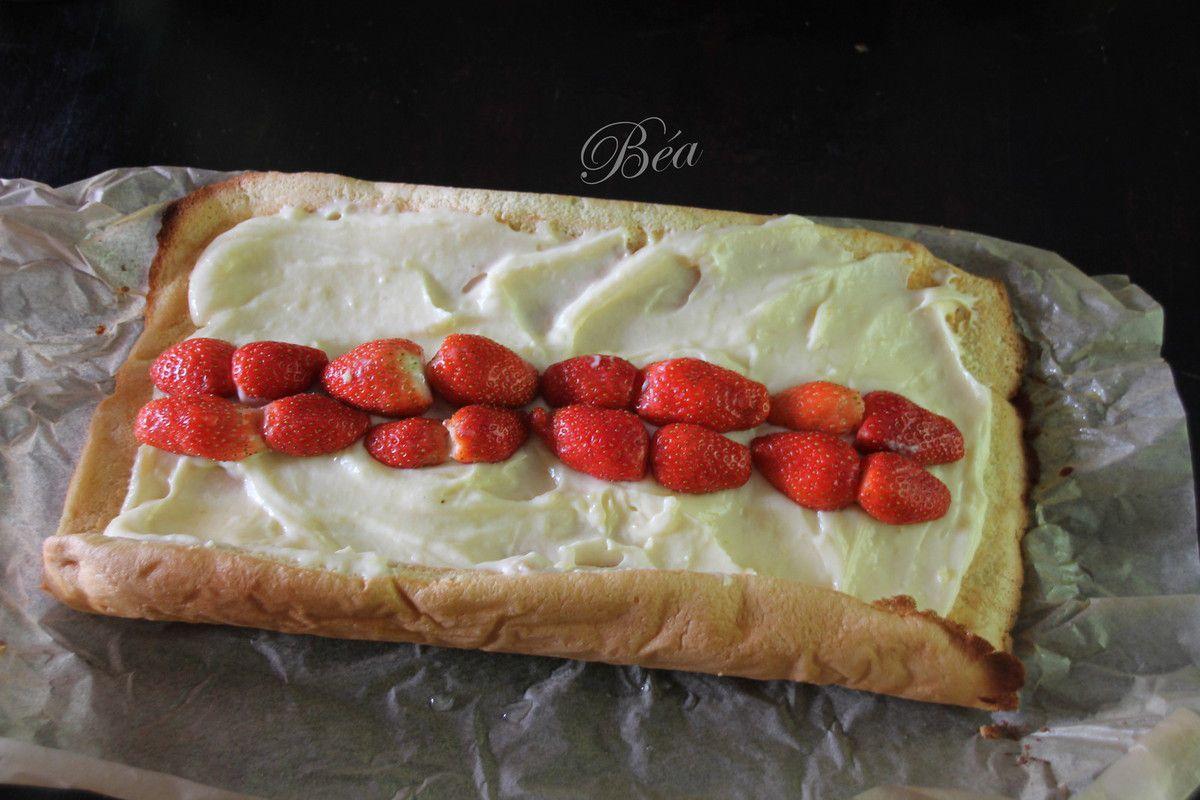 Gâteau roulé au citron et aux fraises